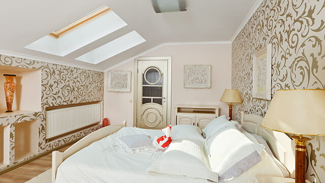 Интерьер спальни в светлых тонах на мансарде